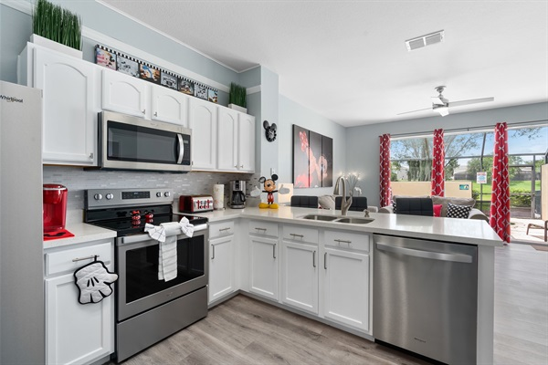 Full service kitchen boasted with stainless steel appliances and quartz countertops. Chef up your favorite homestyle dish or Disney treat!